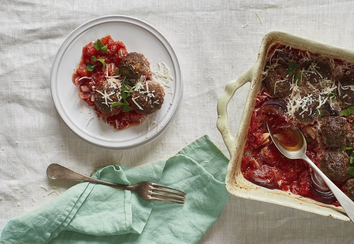 Rychlý víkendový oběd: Masové koule zapečené v rajčatech!