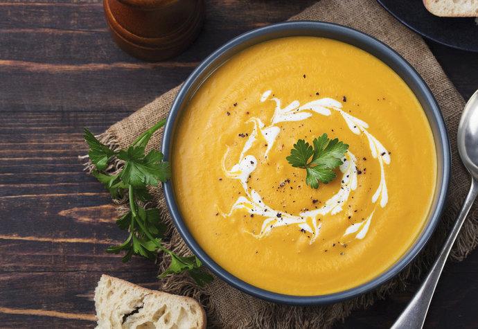 Netradiční dýňová polévka: Vyzkoušejte ji s hruškami a javorovým sirupem!