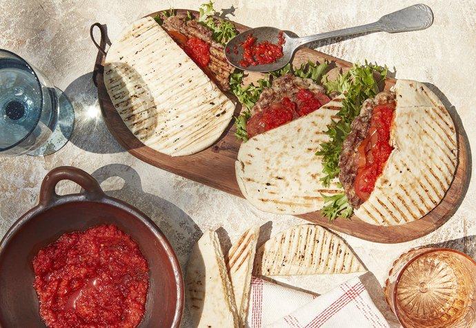 Balkánské chutě: Tradiční pljeskavica s ajvarem a pitou!