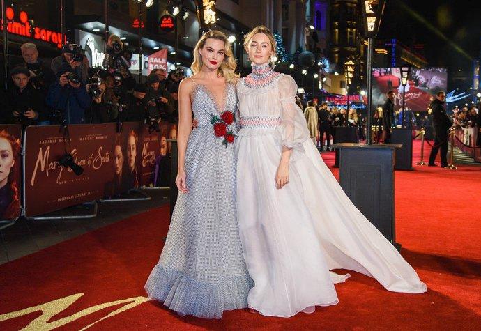 Margot Robbie a Saoirse Ronan na premiéře filmu Marie, královna skotská