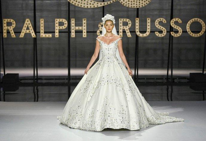Elsa Hosk jako nevěsta na přehlídce Ralph & Russo