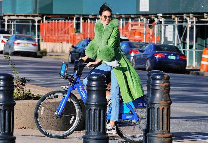 Kendall Jenner v kabátě Saks Potts