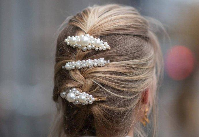Sponky do vlasů ovládly Instagram  Kde koupíte ty nejkrásnější ... 3bc4142d46
