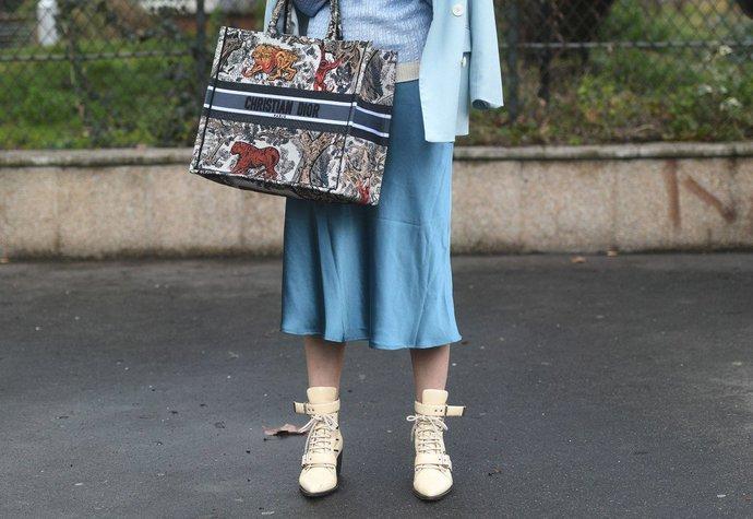 a8be1d26aaf4 15 nejhezčích saténových sukní z aktuálních kolekcí. S čím je nosit ...
