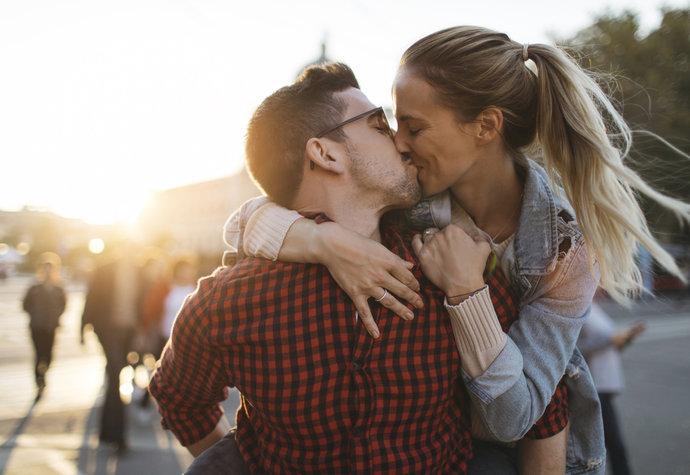 definovat polibek Randím s někým s přítelkyní