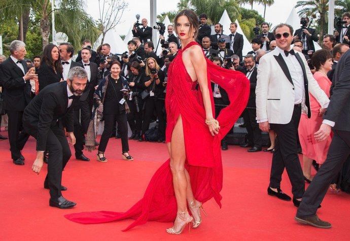 Alessandra Ambrosio v sexy šatech Julien Macdonald