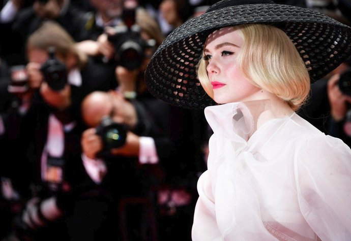 Elle Fanning v Cannes na premiéře filmu Tenkrát v Hollywoodu