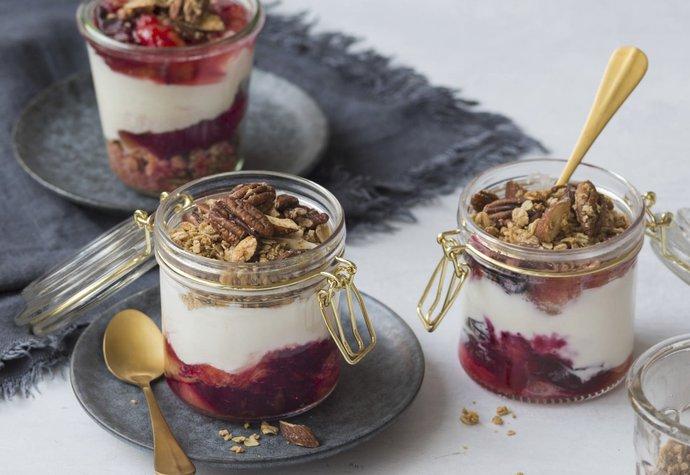 Zdravá a sytá snídaně: Jogurt s blumami a domácí granolou!