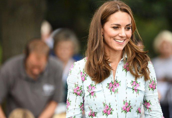 Vévodkyně Kate v šatech Emilia Wickstead