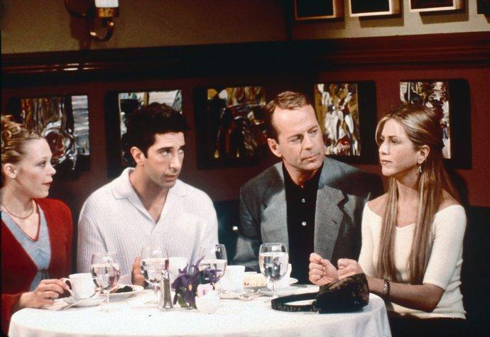 Bruce Willis (6. série) – Bruce si zahrál v několika epizodách Rachelina přítele Paula, který byl zároveň i otec současné Rossovy přítelkyně