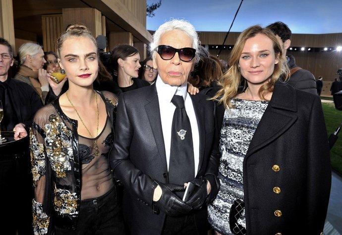 Košile pro Karla Lagerfelda jsou v Praze. Které celebrity a umělci mu vzdali hold?