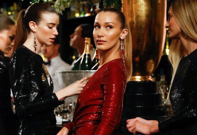 Modelka Bella Hadid v šatech Ralph Lauren