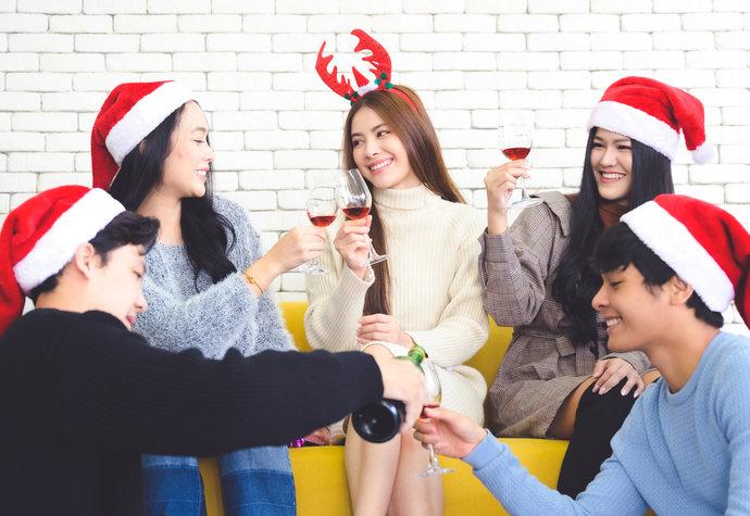 Jak zvládnout konverzaci na vánočních setkáních a jiných oslavách? Natrénujte si small talks