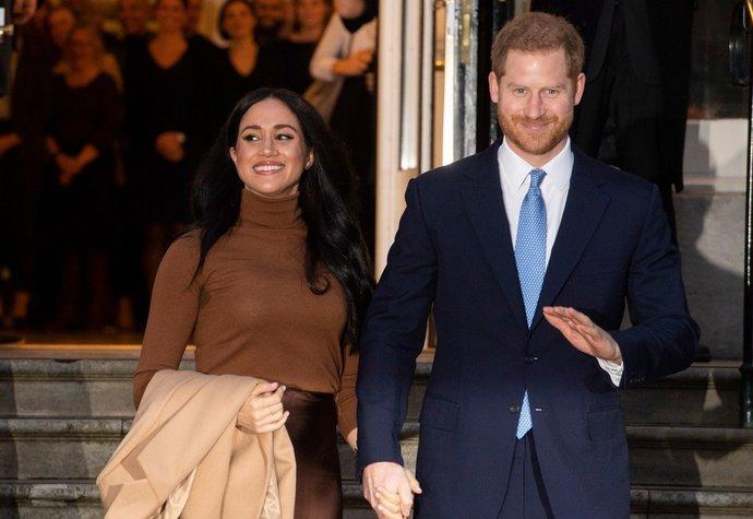 Harry a Meghan se oficiálně rozhodli žít si po svém. Co na to královna?