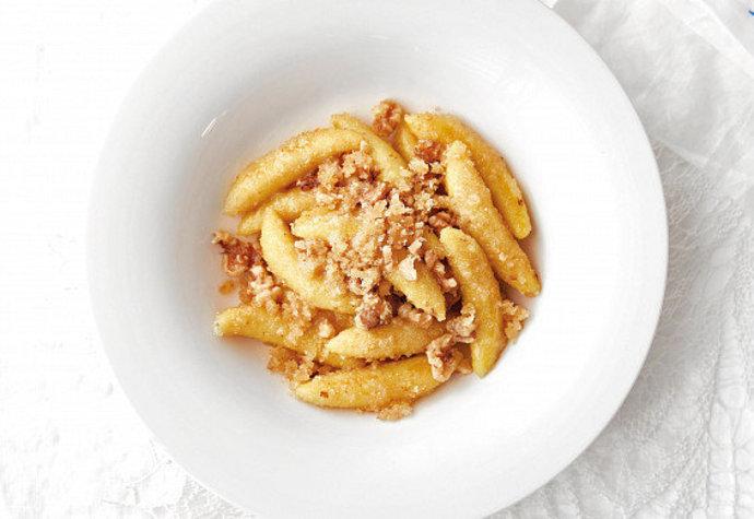 Sladký oběd: Vyzkoušejte bramborové šišky se strouhankou a ořechy!