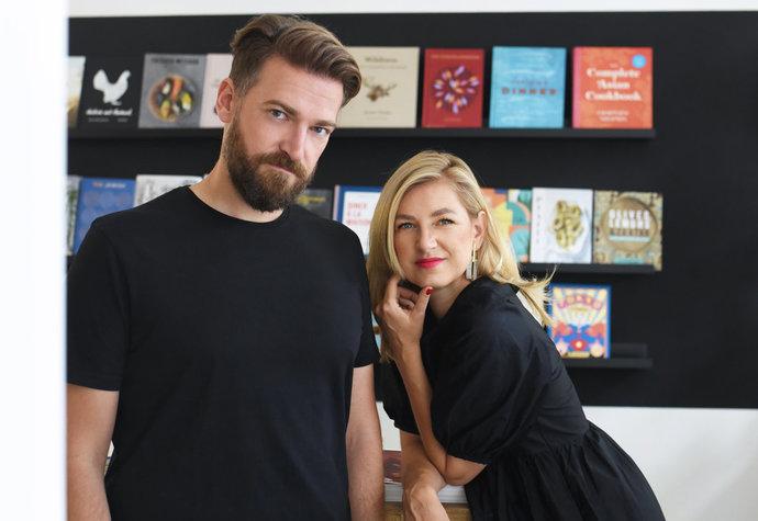 Petra Caudr Hanzlíková s manželem Jiřím v knihkupectví
