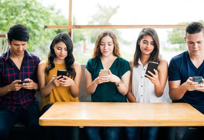 Co dělají muži a ženy na sociálních sítích. Kdo lajkuje a kdo natáčí videa?