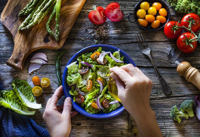 Léto je čas salátů: Pozor na tyhle ingredience, možná vám kazí hubnutí