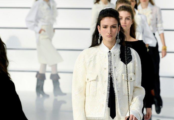 Přehlídku Chanel šla po 10 letech plus-size modelka. Mezi ostatními byste ji ani nepoznali!