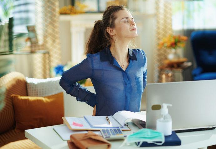 Bolest zad ze sezení u počítače. Jak se jí jednoduše zbavit?