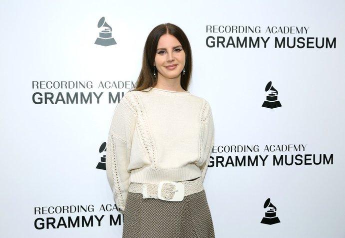 Feminismus by měl respektovat i ženy, které se necítí být feministkami, míní Lana Del Rey