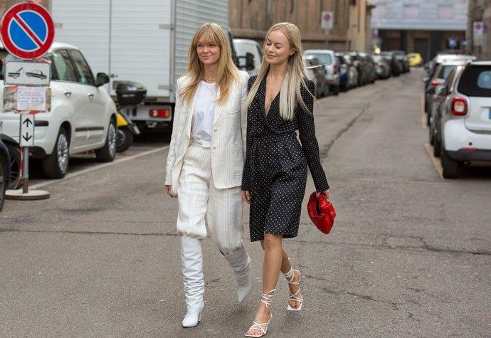 Dánské módní influencerky Jeanette Madsen a Thora Valdimars na fashion weeku v Miláně