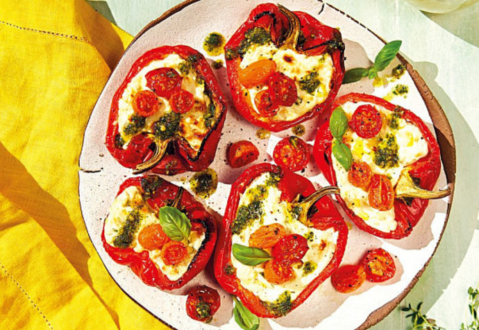 Ideální letní večeře: Pečené papriky se sýrem, rajčaty a pestem!
