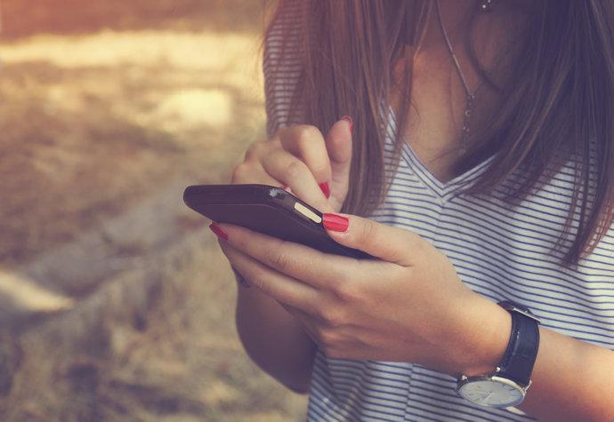 Vadí vám být delší čas bez mobilu? Jedete na vlně FOMO, nebo JOMO?