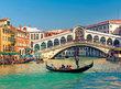 Gondola poblíž mostu Rialto