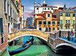 Černé benátské gondoly proplouvají i omšelými kanály mezi otlučenými domy