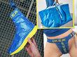 Modrý pytel z obchodu IKEA se dá přetvořit v řadu oblečení a doplňků.