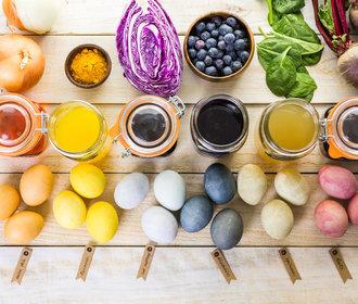 Barvení vajíček přírodně: Zkuste eko Velikonoce s cibulí, řepou, zelím nebo špenátem