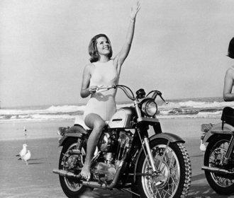 Retro: Krásné holky na silných motorkách