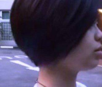 Na první pohled je dívčin účes úplně obyčejný. Když prohrábne vlasy, vypadnou vám oči!