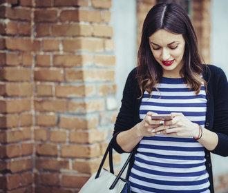 Bolí vás krční páteř? Nejspíš za to může váš chytrý telefon. Jak se bolesti zbavit?