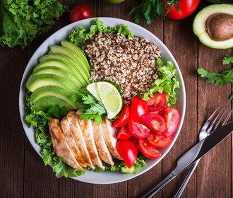 Zkuste quinou! 4 letní saláty, které si můžete dát k obědu