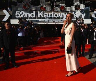 Uma Thurman na červeném koberci ve Varech. Filmový festival začal