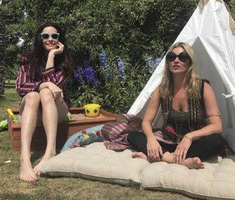 Liv Tyler oslavila čtyřicátiny s Kate Moss. Dováděly jako malé holky
