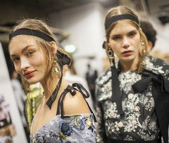 Vlasy alá Versace nebo Chanel. Šest nejžhavějších účesů z přehlídek
