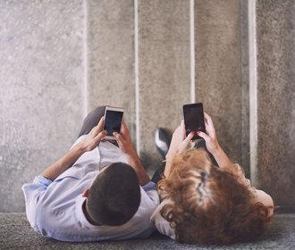 Digitální detox neznamená být úplně off-line. Jak na závislost na smartphonu?