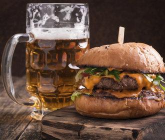 Léto na zahradě: Udělejte si hovězí burger s čedarem a jalapeños