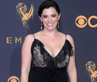 Herečku Rachel Bloom odmítli návrháři obléknout na Emmy! Šaty si koupila sama