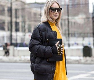 Jak nosit prošívanou bundu, aby vám bylo teplo, ale vypadala jste cool?