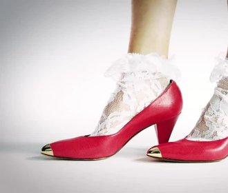 Sto let módy: Kdy se objevily sandálky na klínku a kdy frčely jehly?
