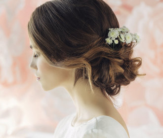 Romantické svatební účesy, minimalistické, jednoduché přírodní nebo květinové