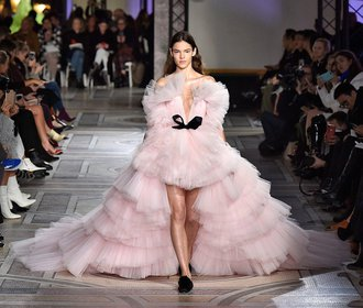 Šaty z přehlídek haute couture: Návrháři se zamilovali do peří a mašlí!