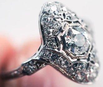 100 let zásnubních prstýnků: Kdy bylo v módě zdobení a kdy naopak čisté linie?