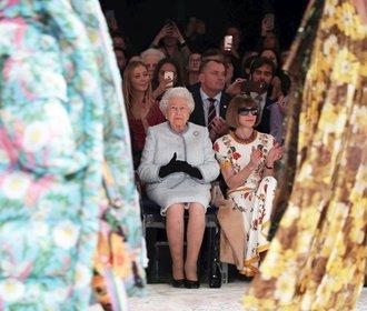 Kdo je návrhář Richard Quinn, na jehož přehlídku přišla královna Alžběta II.?