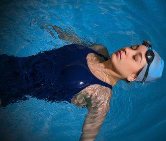 Plavání a hubnutí: Spalujete kalorie, šetříte tělo