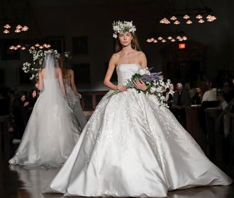 Bridal fashion week 2019  8 trendů 5bd37186f4